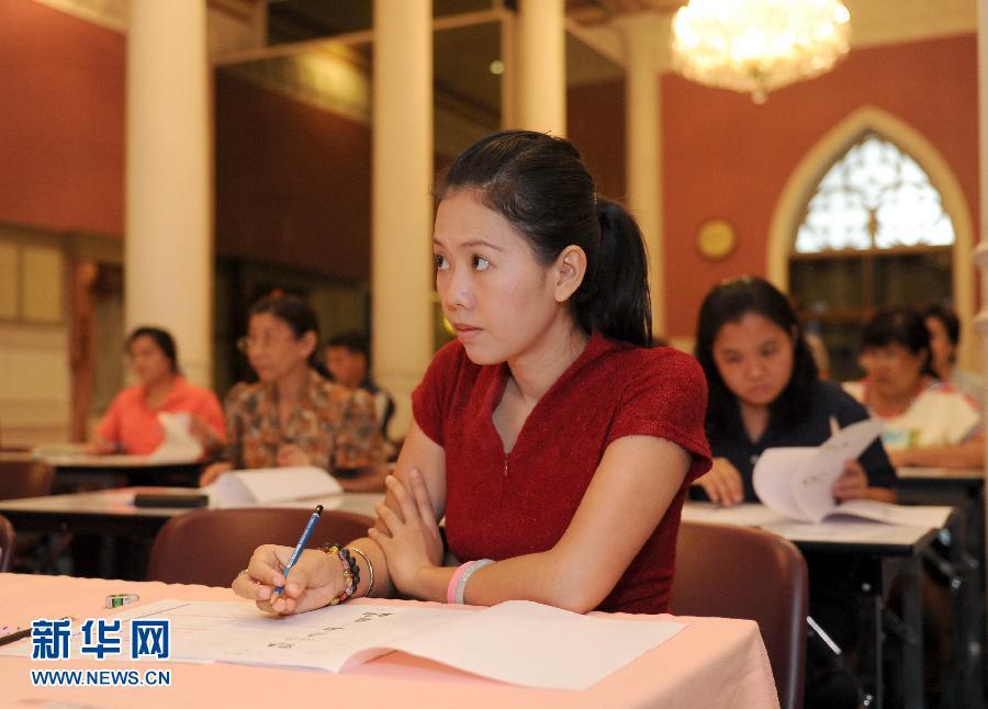 泰国国际汉语教师热-泰国:大王宫里考汉语