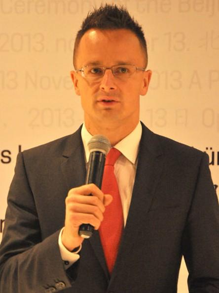 匈牙利国务秘书西亚托·彼得在匈牙利文化中心开幕式上致词