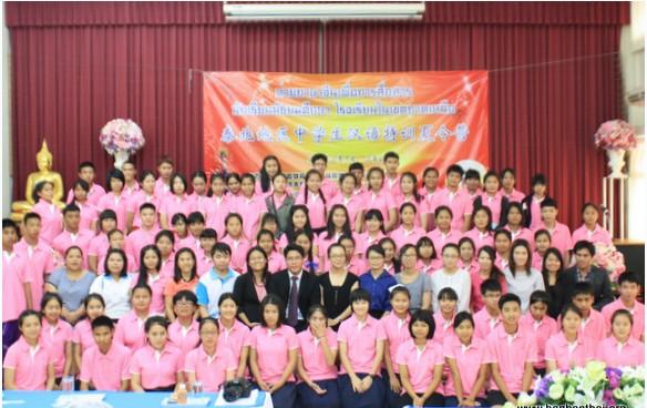 """巢小良总领事在致辞中对参加夏令营的学生提出殷切希望,鼓励他们努力学好汉语,将来做中泰友谊的使者。   开幕式过后,学生们进行了汉语水平测试和趣味盎然的分班游戏,设计队旗、口号和班级名称等活动,展示了他们的自我表达能力,精彩的表演给老师们带来连连惊喜。   参加活动的学生均是来自泰国教育部基教委直属学校的中文专业学生,活动旨在给学生提供一个为期较长的封闭式汉语培训,让学生在短期内强化提高汉语的听说读写能力。本次夏令营活动将持续14天,培训内容包括""""综合汉语""""、""""拓展"""