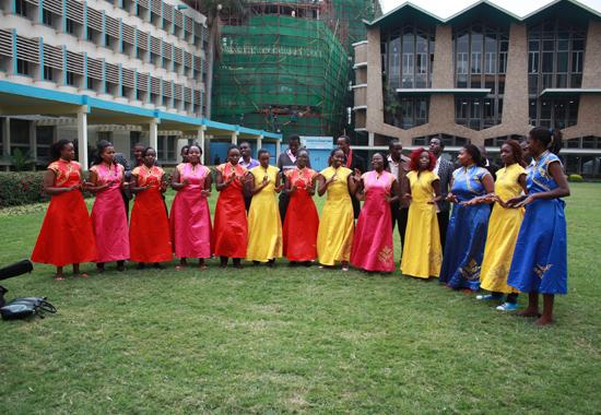 中国驻肯尼亚大使政务参赞田林及内罗毕大学副校长Isaac Mbeche教授发表了讲话。田林参赞坚信青年人的潜力和志愿服务的力量,并对中国青年人在肯尼亚的公益行动以及他们为中肯文化交流的努力表示了肯定;内罗毕大学副校长Mbeche教授指出借助汉语文化推广中心这个平台,两国教育及文化交流活动日益频繁,这不仅加深了两国之间的友谊,同时使得两国青年人在教育、野生动物保护以及对志愿公益活动的理解等方面达到共识,促进共同发展。