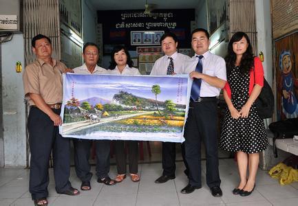 中国驻柬埔寨大使潘广学赴汉语学校慰问公派教师