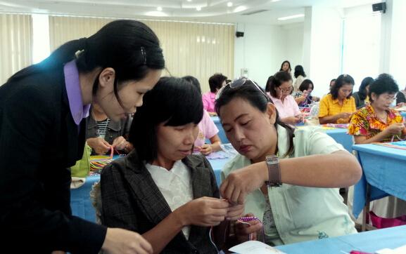 素攀对外汉语培训中心在第三区教育局举办中国结艺术培训