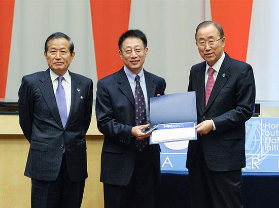 """潘基文授予联合国汉语教学组组长""""21世纪联合国奖"""""""
