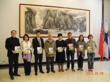 中国驻芬兰大使馆向侨社赠华文教材 冀办好华教