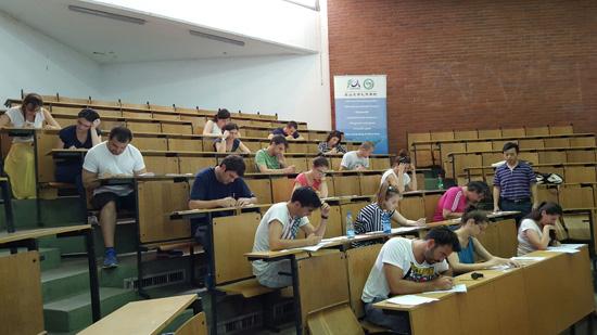 """当地时间6月14日,值开课3个月之际,黑山大学孔子学院举办黑山首次汉语水平考试(HSK)。 此次HSK考试包括HSK1级,2级和4级三个级别,吸引了黑山大学孔子学院学生和其他生源共计37人次参加,其中34名黑山大学孔子学院学生参加了HSK1级考试,2名学生同时申请了HSK2级考试。 黑山大学孔子学院自今年3月开课以来,学生学习汉语的热情日益高涨,汉语教师王荟惠说:""""学生渴望学好汉语,更多的了解中国文化;他们不少人愿意今后去中国继续学习,或者到当地的中国企业工作,亲身感受中国文化的魅力和中国经济的繁荣。学习汉语3个月以来,进步很快。"""""""