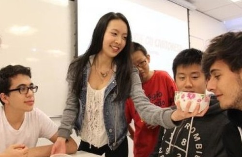 吃月饼包饺子 巴西华裔学生校园推广中华文化