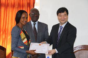 """塞拉利昂大学举行首届""""中国大使奖学金""""颁发式"""