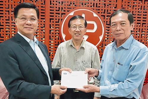 翁清玉(右),在陈友信见证下移交华总大厦基金予方天兴(左)。