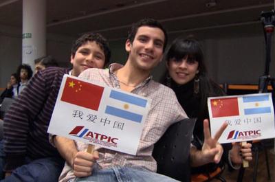 阿根廷首都布宜诺斯艾利斯一家语言培训机构招聘国际汉语教师3名,工作签证,签约3年,每周工作30小时左右,周末双休,月薪第一年1600美金(折合人民币10700元),第二年第三年根据老师的教课质量和表现逐年递增,学校提供住宿和在校期间中午的工作餐,提供医疗、海外安全保险、每年享受带薪假期和年终奖金。要求男女不限,22-45周岁,本科及以上学历,普通话标准,专业不限,对外汉语或汉语国际教育专业优先申请,西语流利者优先申请,有全职对外汉语教学经验者优先申请。并取得ITA国际汉语教师资格证高级,同时持有ITA国际汉语教师协会全英语或西语的推荐担保材料。到岗时间:2017年初,校方提供一张单程机票。