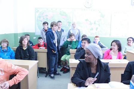 """昨天,来自英国6所中学的70余名师生来到省常中,开启了为期10天的""""汉语桥——汉风龙韵英国中学生夏令营""""。  夏令营期间,英国的学生将进课堂学汉语,学毛笔书法、剪纸、武术、国画等中国文化,走进中国家庭。此外,还将参观当地人文景点,领略常州以及苏南一带的旖旎风光。  省常中25名学生志愿者全程参与到活动中,他们除了作为中方营员一起参与全部活动,还将作为文化传播者、志愿者、小老师、小导游,积极和外国学生交流互动。  """"汉语桥——汉风龙韵英国中学生夏令营""""是由国家汉办/孔子学院总部与各孔子学院合作,每年暑期举办的面向在读中学生的中国语言文化体验项目,旨在增进中外青少年学生交流,加深各国中学生对中国语言文化的了解和亲身体验,从而激发其学习汉语的热情。  作为""""汉语国际推广中小学基地"""",省常中自2008年起已连续9次承办""""汉语桥——汉风龙韵英国中学生夏令营""""。"""