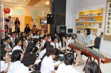 泰国曼谷急招!!! 曼谷国际语言培训机构招聘汉语教师一名。要求有ITA国际汉语教师资格证。本科以上学历。专业不限,男女不限。年龄不限。 要求8月3日到岗。紧急办理签证。 任教对象,中小学生。 工资待遇每月20000泰铢,提供住宿,工作餐。费用自理。报名电话15037102975 报名地址郑州市经三路农业路银丰商务508室