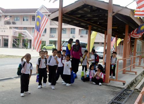 文丁3所华小所开办的学前教育班,引来非华裔家长青睐,踊跃为孩子报名,反观华裔家长则兴致缺缺。(马来西亚《星洲日报》)