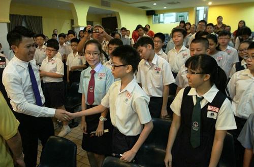 张盛闻为准备应考的学生打气,强调成绩不是全部。(马来西亚《星洲日报》)