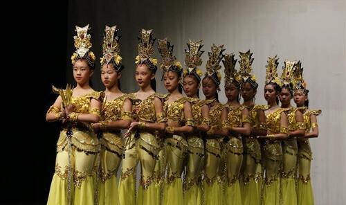 新华社记者汪平摄  9月24日,在美国芝加哥,来自芝加哥孔子学院和芝加哥公共学校团体的学生,在惠特尼高中礼堂表演舞蹈。    当天,芝加哥孔子学院和芝加哥公共学校团体,在惠特尼高中共同举办中国文化节。