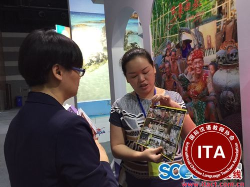 郑轲恩用中文向游客介绍马拉西亚