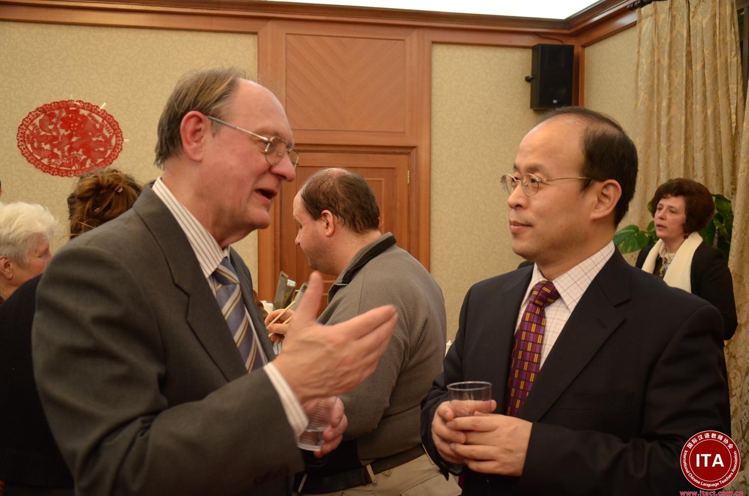 """""""'一带一路'倡议是中国与各国之间开展合作的新方法,是用一种互利的方式去进行合作,""""在匈牙利罗兰大学文学院""""一带一路""""研究中心成立之际,该研究中心主任、汉学家伊姆雷·豪毛尔(中文名:郝清新)近日接受新华社记者专访时如是说。    作为匈牙利汉学界知名学者,除了""""一带一路""""研究中心主任外,郝清新还身兼多职:罗兰大学文学院副院长、远东学院院长、中文系主任以及孔子学院院长。""""一带一路""""研究中心的成立就源于他本人的倡议。     郝清新说,成立""""一带一路""""研究中心获得罗兰大学的大力支持,""""相关的研究不仅涉及到中文系、阿拉伯语系、土耳其语系和蒙古语系,而且和古丝绸之路研究联系密切,我们希望各方面专家一起参与""""。    """"'一带一路'是现代的,丝绸之路是古代的,""""他说,""""我们不仅要研究'一带一路',同时也依靠现有的良好学术传统,从现代的角度去探究古丝绸之路。""""    郝清新介绍,匈牙利一直重视中亚地区的研究,这一领域的许多学者都出自罗兰大学。匈牙利民族认为自己来自于亚洲,曾有许多匈牙利学者去中亚寻根。""""懂土耳其语、维吾尔语等语言的人在罗兰大学也不少,罗兰大学的相关专家甚至比西方大学的专家还要多。这是我们的长处,我觉得完全可以和'一带一路'研究结合起来,我们可以作出自己的贡献,""""他说。    据介绍,罗兰大学和匈牙利塞格德大学正在向匈牙利科学院申请科研项目,专门研究""""一带一路""""和丝绸之路课题。项目组一旦成立,将汇集近10名科研人员,包括考古学家,以及土耳其语、藏语和维吾尔语等语言专家。郝清新透露,项目组在5年之内拿出成果即可向匈牙利科学院申请进一步资助。    谈到""""一带一路""""建设对于匈牙利的意义,郝清新指出,""""一带一路""""会使匈中两国间的政治、经济、文化和教育关系更加密切。郝清新尤其对两国在教育领域的合作前景充满期待。他说,匈牙利欢迎更多中国学生来罗兰大学等匈牙利高校读书,也希望有更多匈牙利学生去中国学习语言和专业知识。"""