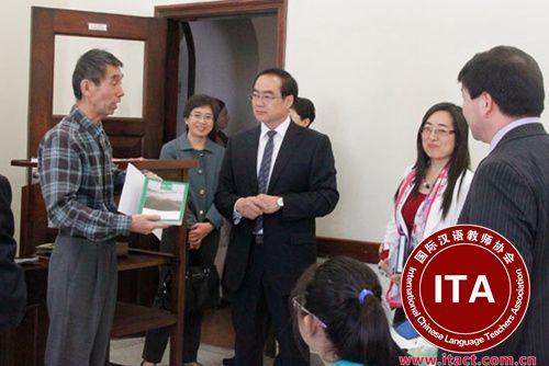 郭军参观圣本笃中文学校,了解教材使用情况。(巴西《南美侨报》)