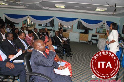 内罗毕大学孔子学院汉语教师茹丝教授肯尼亚外交部官员汉语问候语。