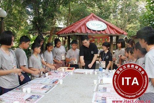学生专心致志地学习中国书法