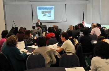 """近日,第九届密歇根州中文协会年会,在美国伟恩州立大学召开。    来自密歇根州立大学孔子学院、托列多大学孔子学院和该州各地区的106名汉语教师、汉语爱好者出席盛会。    本届年会以""""汉语教学和项目发展经验交流""""为主题,由25个主题讲座和1个专题讲座组成。哥伦布汉语学院创始人石林,应邀担任此次会议的主旨发言人。他与自己的学生桂亚伦,展示了""""在表演中学习汉语""""的新型汉语教学方法,并现场表演中国快板,赢得热烈掌声。    在以""""沉浸式汉语教学""""为主题的小组交流中,迪恩·史密斯、艾伦·坡等多名资深汉语爱好者结合自身经历,分享了汉语学习的心得,获得与会代表的一致认可和赞誉。     会议期间,伟恩州立大学孔子学院院长约翰·布伦德、副院长范杏丽一同向石林和桂亚伦颁发了""""年度汉语教法创新奖""""荣誉证书,并对今后的交流与合作达成共识。    一名来自安娜堡的青年教师说,""""非常感谢能够参加这次会议,令我豁然开朗。我的学生非常喜欢你们拍的'两分钟趣味汉语短语'教学视频。""""    伟恩州立大学孔子学院自2007年开始发起""""密歇根州中文协会年会"""",作为该孔院的品牌项目之一,年会受到当地和其它地区愈来愈多的关注和好评。"""