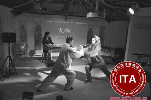 中国侨网今年5月,美玉(右)在上海与来自上海体育学院的太极师父同台表演  本人供图