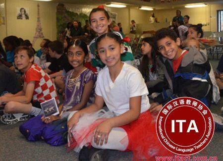橙县森林湖市牛津学校将华语纳入必修课,受到主流家庭的欢迎。(美国《世界日报》/王全秀子 摄)