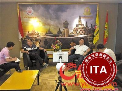 羊城晚报全媒体记者在印尼采访年轻一代华人。