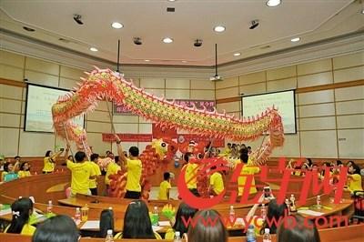 海外华人青年表演舞龙舞狮。受访者供图