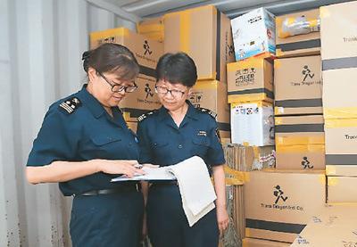 中国侨网北京海关关员正在查验分离运输行李  图片来源:北京海关