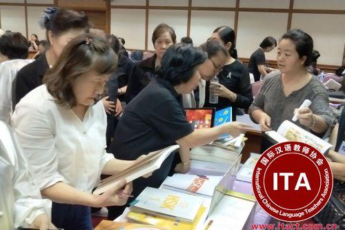 参训学员被书展吸引。