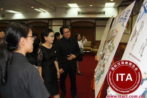 曼松德大学副校长威龙观看学员作品展。