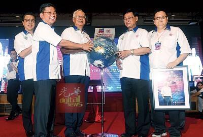 中国侨网纳吉布(左3)为全国华青高峰会主持开幕。(马来西亚《光华日报》)