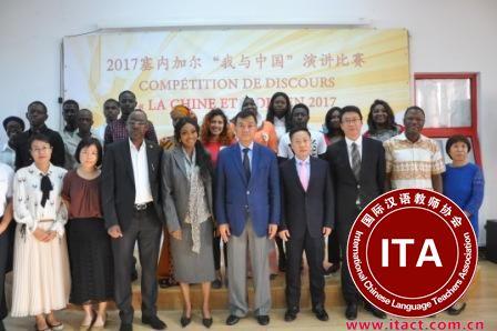 中国侨网张大使与评委和选手合影。