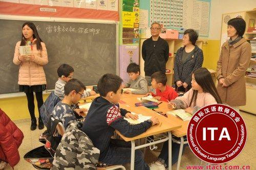 林总领事走进华文学校课堂。