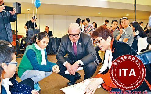 中国侨网麦德庄(前右二)与屈洁冰(前右一)与学生一起探讨中文教育。(加拿大《星岛日报》/庄昕 摄)