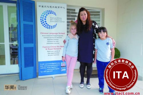 韩梅梅和她的两个学生,左边是个俄罗斯小女孩。
