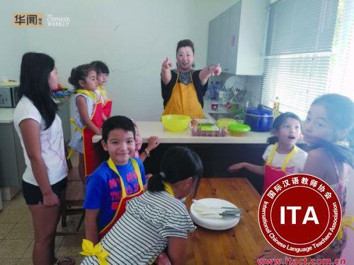 韩梅梅带领孩子们参加中文学校的暑期班烹饪课程