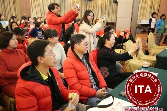 中国侨网在结业仪式上,顺利通过考试的每位海外华文教师脸上洋溢着笑容。 胡耀杰 摄