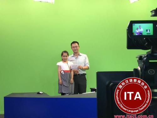 中国侨网节目主持人子非正在辅导孩子表演朗诵唐诗。摄影:朱彤