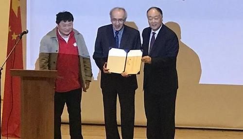 中国侨网旅法教育研究者协会会长陈肯(左)为白乐桑(中)颁发了专家聘书。(图片来源:欧洲时报记者张新 摄)