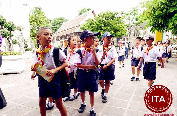 泰国西部甘烹碧府学校目前急聘一名中文老师。要求如下: