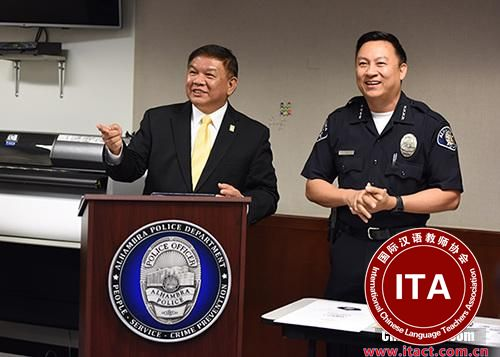 """中国侨网美国加利福尼亚州阿罕布拉市将于5月16日至6月20日举办首届以中文普通话授课的""""公民警校""""。当地时间4月2日下午,在阿罕布拉市警察局就此举行的新闻发布会上,阿罕布拉市市长沈时康(图左)告诉中新社记者,这是美国第一次有中文普通话授课的""""公民警校""""。 中新社记者 张朔 摄"""
