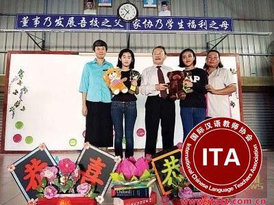 中国侨网2017年公益模范生与校长和校董合影。(马来西亚《光华日报》)