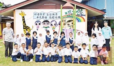 公益华小今年迎来25名一年级新生人数,华裔生仅占当中的3人。(马来西亚《光华日报》)