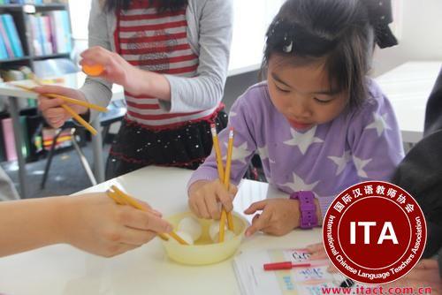 中国侨网用铅笔当做筷子,让小孩在趣味活动中学习中华文化。(美国《世界日报》/ 李晗摄影)