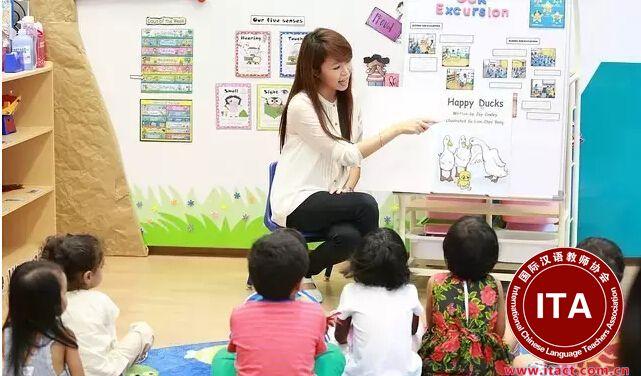 地点:新加坡全岛 视面试情况分配   教学对象:18个月~3岁,3岁~6岁   要求: 大专学历起点。学前教育专业。(非此专业不能申请) 年龄20-28岁之间。对英文口语没有要求,但是如果懂英文会优先录取。需要参加校方网络视频面试。WP签证,提供工作餐。合约2年签,合同期内每年12个月薪水,红花和年底奖励要看具体公司及公司规定。年假7天起。病假14天。住宿和机票自费。  待遇:1600-1800新币,试用期3个月,试用工资1600新币,试用期过后加薪,要看个人能力和表现。 上课时间:拜一到拜五8:00am——6:00pm,拜六8:00am——2:00pm,轮班周休,一周48小时,无加班。提供周一到周五的工作餐。  假期:年假7天第一年,第二年8天(加到14天为止)病假:14天。无寒暑假。享受新加坡法定假期大概是10天。    到岗时间:尽快!