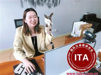 中国侨网朱蓓祺正在线教学。